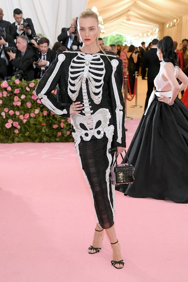 Met Gala 2019 (P2): Kylie và Kendall nổi nhất hội, Kim diện váy chảy nước ảo diệu nhưng bó nghẹt thở - Ảnh 37.
