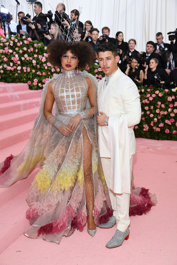 Met Gala 2019: Khó ai chơi lớn bằng Lady Gaga, Katy Perry chuyển từ đèn chùm thành burger nhưng chặt chém không kém là nam nhân dát vàng nằm kiệu - Ảnh 36.