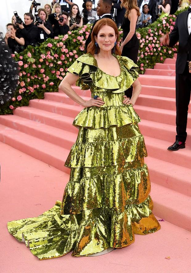 Met Gala 2019: Khó ai chơi lớn bằng Lady Gaga, Katy Perry chuyển từ đèn chùm thành burger nhưng chặt chém không kém là nam nhân dát vàng nằm kiệu - Ảnh 44.