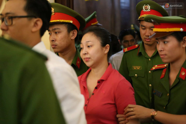 Ngày thứ 2 xét xử Văn Kính Dương và người tình hot girl Ngọc Miu: Các bị cáo liên tục quay lại, đưa mắt nhìn người thân - Ảnh 14.