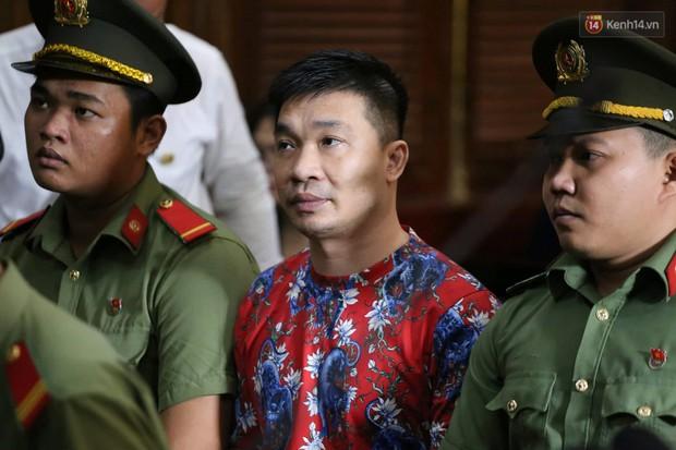 Ngày thứ 2 xét xử Văn Kính Dương và người tình hot girl Ngọc Miu: Các bị cáo liên tục quay lại, đưa mắt nhìn người thân - Ảnh 10.