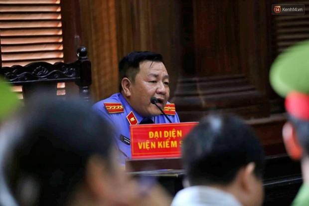 Ngày thứ 2 xét xử Văn Kính Dương và người tình hot girl Ngọc Miu: Các bị cáo liên tục quay lại, đưa mắt nhìn người thân - Ảnh 12.