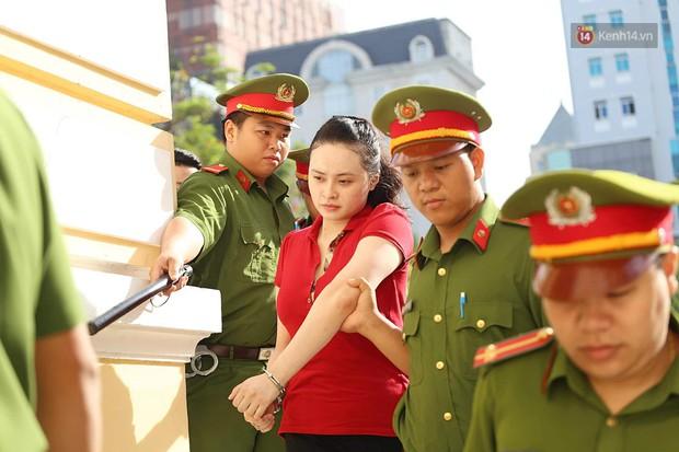 Ngày thứ 2 xét xử Văn Kính Dương và người tình hot girl Ngọc Miu: Các bị cáo liên tục quay lại, đưa mắt nhìn người thân - Ảnh 3.