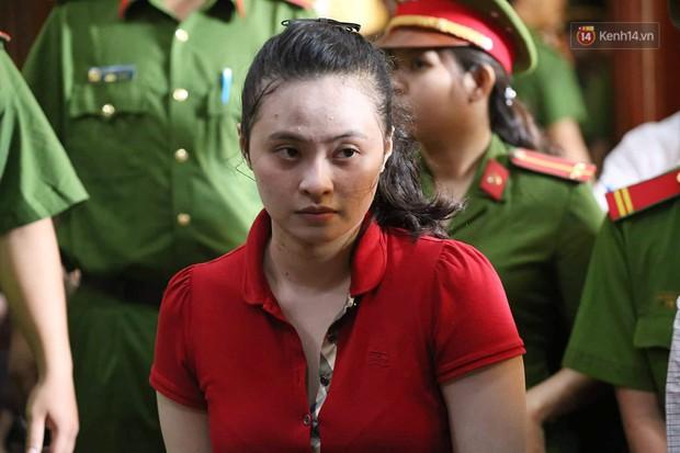 Ngày thứ 2 xét xử Văn Kính Dương và người tình hot girl Ngọc Miu: Các bị cáo liên tục quay lại, đưa mắt nhìn người thân - Ảnh 9.