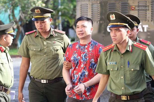 Ngày thứ 2 xét xử Văn Kính Dương và người tình hot girl Ngọc Miu: Các bị cáo liên tục quay lại, đưa mắt nhìn người thân - Ảnh 2.