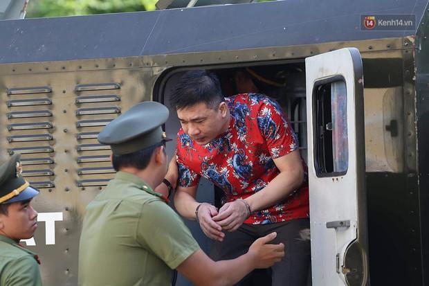 Ngày thứ 2 xét xử Văn Kính Dương và người tình hot girl Ngọc Miu: Các bị cáo liên tục quay lại, đưa mắt nhìn người thân - Ảnh 1.