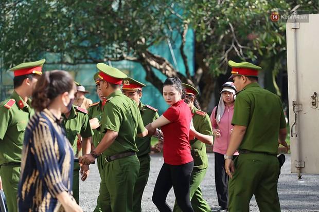 Ngày thứ 2 xét xử Văn Kính Dương và người tình hot girl Ngọc Miu: Các bị cáo liên tục quay lại, đưa mắt nhìn người thân - Ảnh 4.
