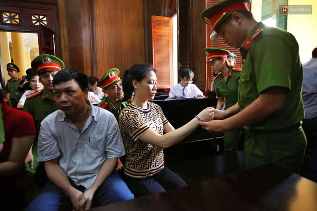 Ngày thứ 2 xét xử Văn Kính Dương và người tình hot girl Ngọc Miu: Các bị cáo liên tục quay lại, đưa mắt nhìn người thân - Ảnh 15.