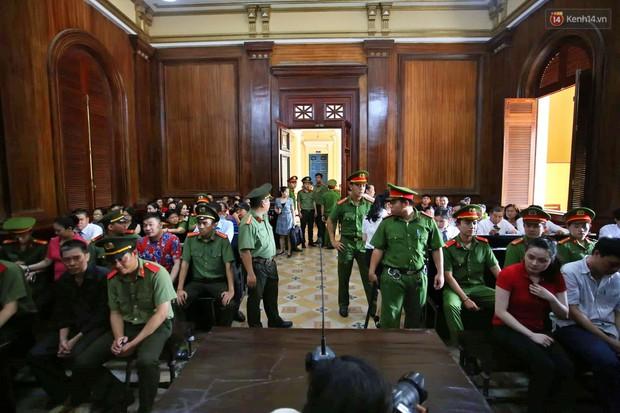 Ngày thứ 2 xét xử Văn Kính Dương và người tình hot girl Ngọc Miu: Các bị cáo liên tục quay lại, đưa mắt nhìn người thân - Ảnh 13.