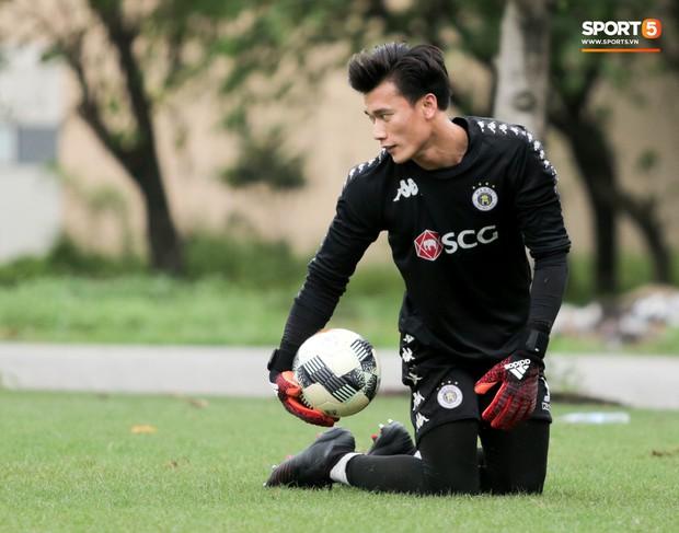 Bùi Tiến Dũng bất lực khi bị bạn thân Quang Hải ghi bàn trong buổi tập của Hà Nội FC - Ảnh 5.