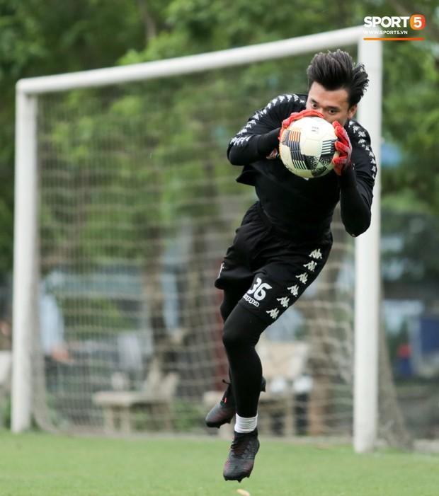 Bùi Tiến Dũng bất lực khi bị bạn thân Quang Hải ghi bàn trong buổi tập của Hà Nội FC - Ảnh 10.