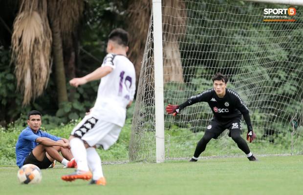 Bùi Tiến Dũng bất lực khi bị bạn thân Quang Hải ghi bàn trong buổi tập của Hà Nội FC - Ảnh 3.