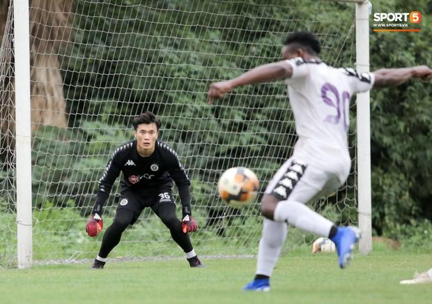 Bùi Tiến Dũng bất lực khi bị bạn thân Quang Hải ghi bàn trong buổi tập của Hà Nội FC - Ảnh 6.