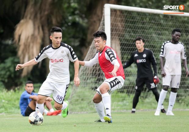 Bùi Tiến Dũng bất lực khi bị bạn thân Quang Hải ghi bàn trong buổi tập của Hà Nội FC - Ảnh 11.