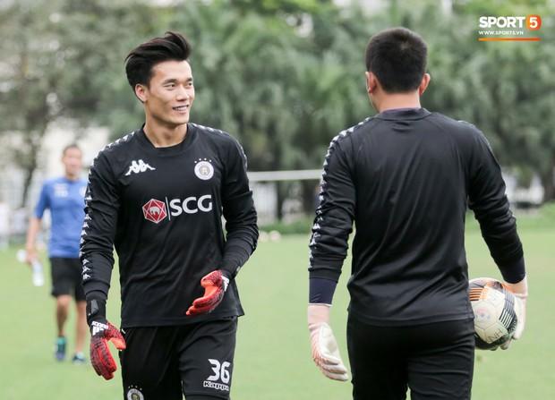 Bùi Tiến Dũng bất lực khi bị bạn thân Quang Hải ghi bàn trong buổi tập của Hà Nội FC - Ảnh 2.