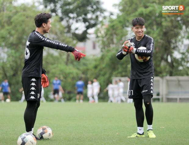 Bùi Tiến Dũng bất lực khi bị bạn thân Quang Hải ghi bàn trong buổi tập của Hà Nội FC - Ảnh 8.