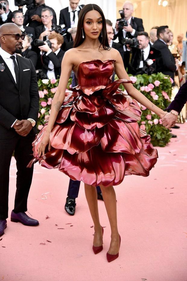 Met Gala 2019 (P2): Kylie và Kendall nổi nhất hội, Kim diện váy chảy nước ảo diệu nhưng bó nghẹt thở - Ảnh 32.