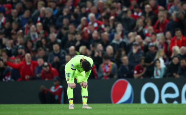Nhói lòng khoảnh khắc Messi cúi đầu trước niềm vui sướng của hàng vạn fan Liverpool, đau đớn đi vào đường hầm sau thất bại không thể tin nổi - Ảnh 3.