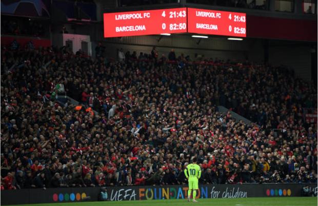 Nhói lòng khoảnh khắc Messi cúi đầu trước niềm vui sướng của hàng vạn fan Liverpool, đau đớn đi vào đường hầm sau thất bại không thể tin nổi - Ảnh 1.