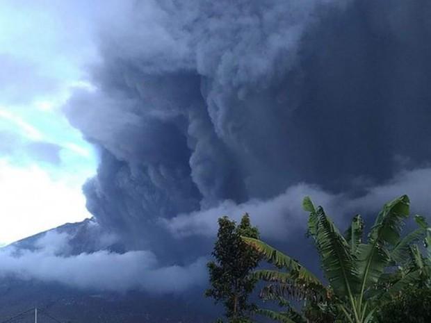 Núi lửa lại phun trào dữ dội ở Indonesia, cột tro bụi cao đến 2.000m - Ảnh 1.