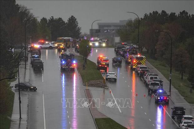 Bắt 2 hung thủ xả súng tại trường học ở Colorado khiến 9 học sinh thương vong - Ảnh 1.