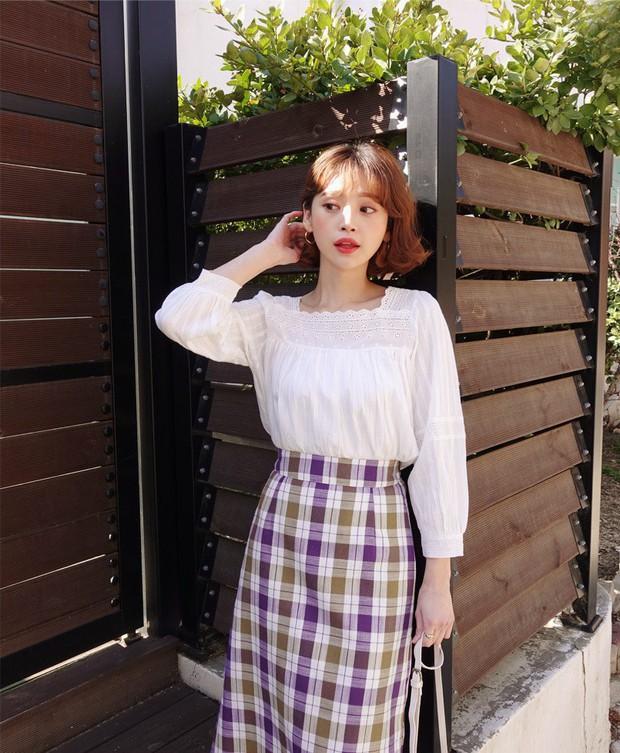 Đếm sơ sơ đã có 6 mẫu áo blouse xinh không để đâu cho hết giúp nàng công sở mặc đẹp suốt hè này - Ảnh 2.