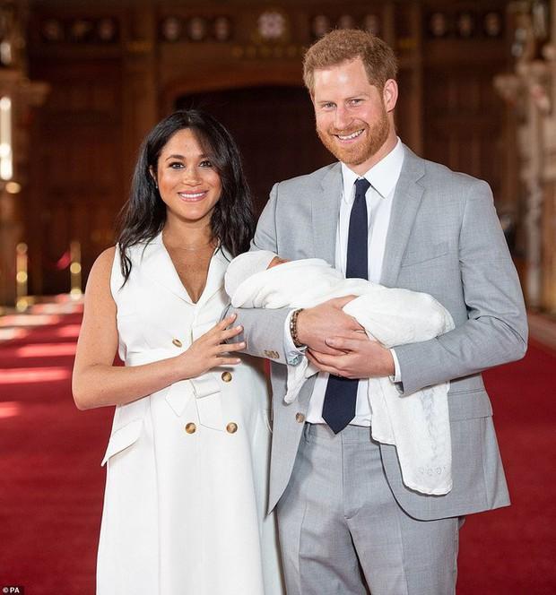 Vợ chồng hoàng tử Harry cùng con trai đầu lòng lần đầu tiên xuất hiện trước công chúng - Ảnh 3.