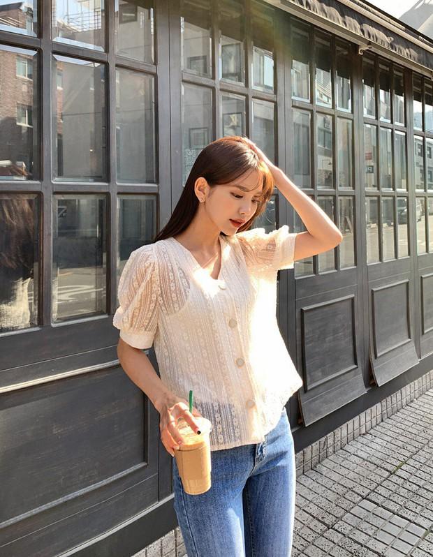 Đếm sơ sơ đã có 6 mẫu áo blouse xinh không để đâu cho hết giúp nàng công sở mặc đẹp suốt hè này - Ảnh 23.