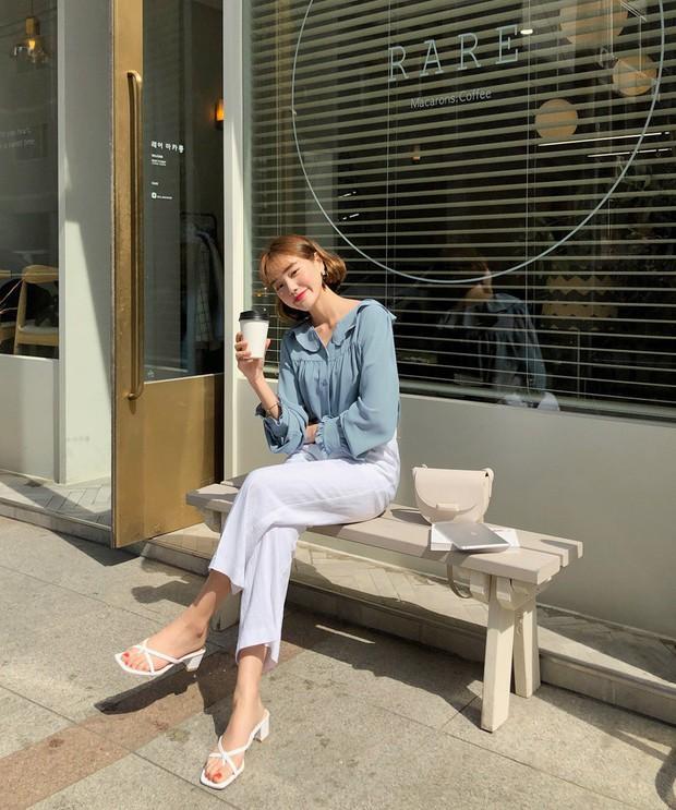 Đếm sơ sơ đã có 6 mẫu áo blouse xinh không để đâu cho hết giúp nàng công sở mặc đẹp suốt hè này - Ảnh 5.