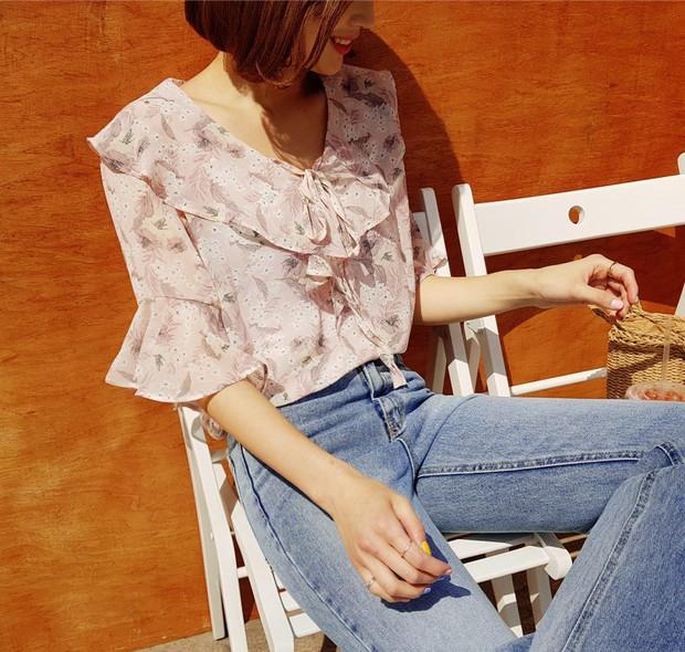 Đếm sơ sơ đã có 6 mẫu áo blouse xinh không để đâu cho hết giúp nàng công sở mặc đẹp suốt hè này - Ảnh 7.