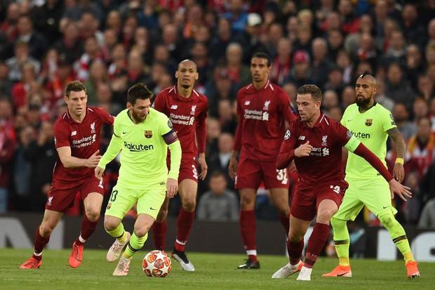 Nhói lòng khoảnh khắc Messi cúi đầu trước niềm vui sướng của hàng vạn fan Liverpool, đau đớn đi vào đường hầm sau thất bại không thể tin nổi - Ảnh 7.