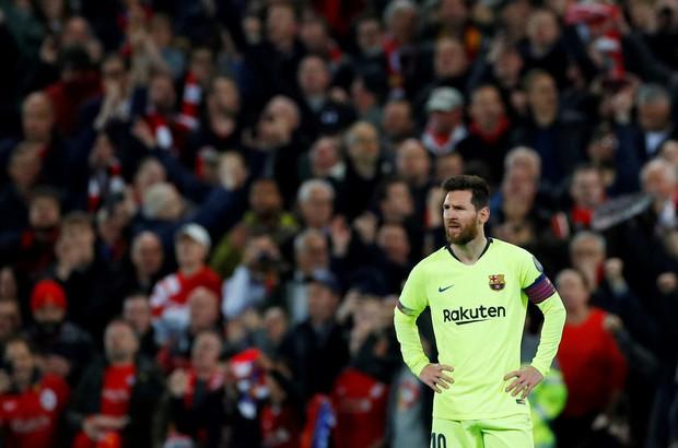 Nhói lòng khoảnh khắc Messi cúi đầu trước niềm vui sướng của hàng vạn fan Liverpool, đau đớn đi vào đường hầm sau thất bại không thể tin nổi - Ảnh 2.