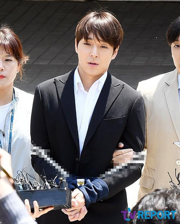 Anh trai Yuri (SNSD) và Choi Jong Hoon chính thức bị bắt, trói chặt bằng dây thừng vì cáo buộc hiếp dâm tập thể - Ảnh 5.