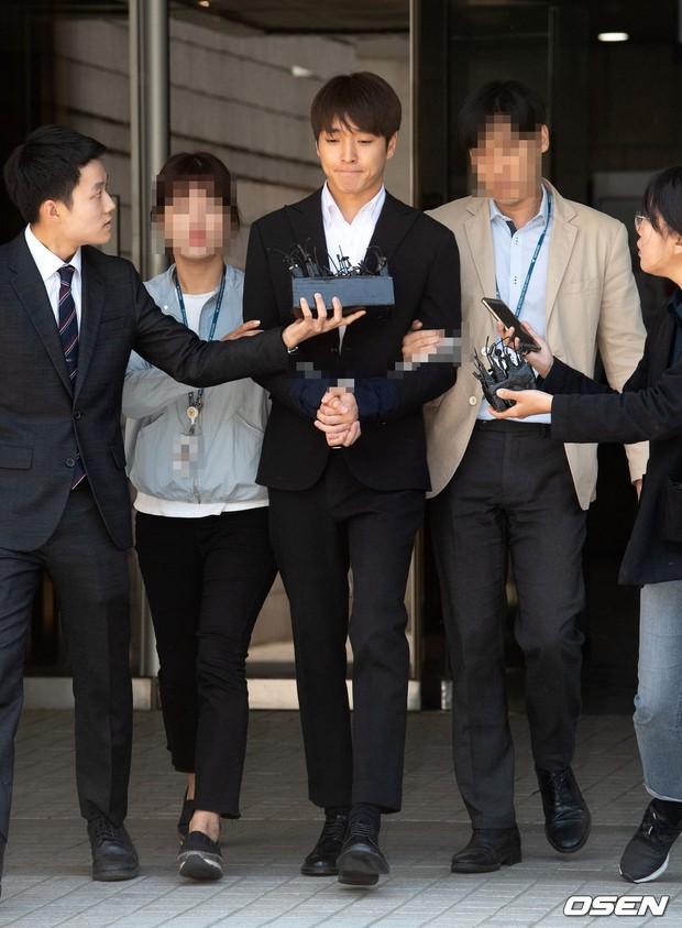 Anh trai Yuri (SNSD) và Choi Jong Hoon chính thức bị bắt, trói chặt bằng dây thừng vì cáo buộc hiếp dâm tập thể - Ảnh 1.
