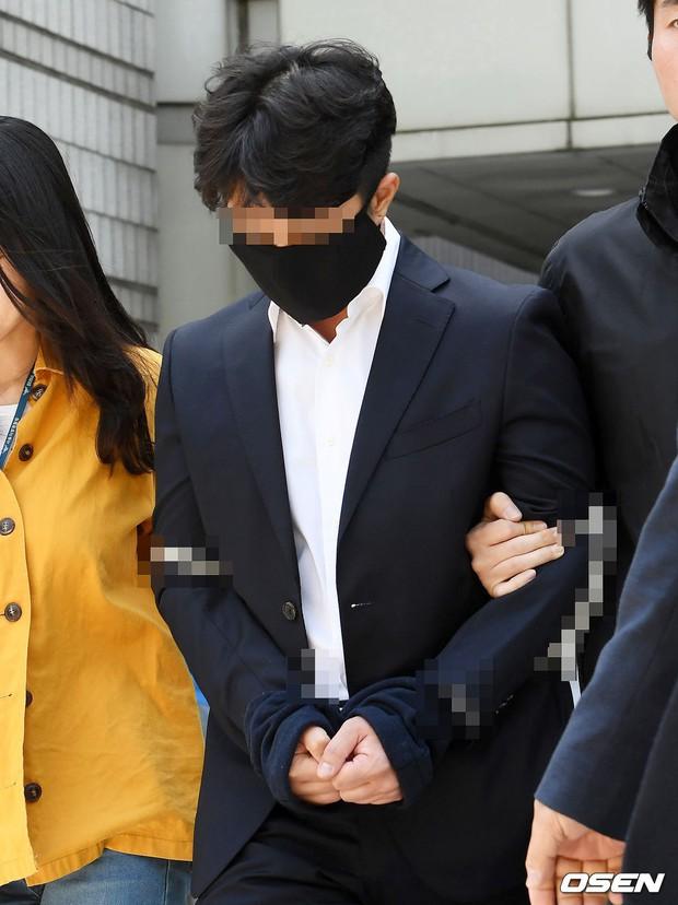 Anh trai Yuri (SNSD) và Choi Jong Hoon chính thức bị bắt, trói chặt bằng dây thừng vì cáo buộc hiếp dâm tập thể - Ảnh 8.