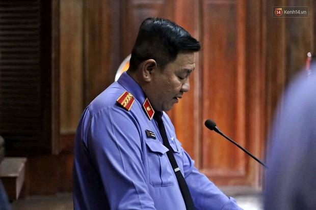 Ông trùm Văn Kính Dương vẫn cười dù bị đề nghị tử hình, hotgirl Ngọc Miu bật khóc khi VKS đưa mức án 20 năm tù - Ảnh 10.