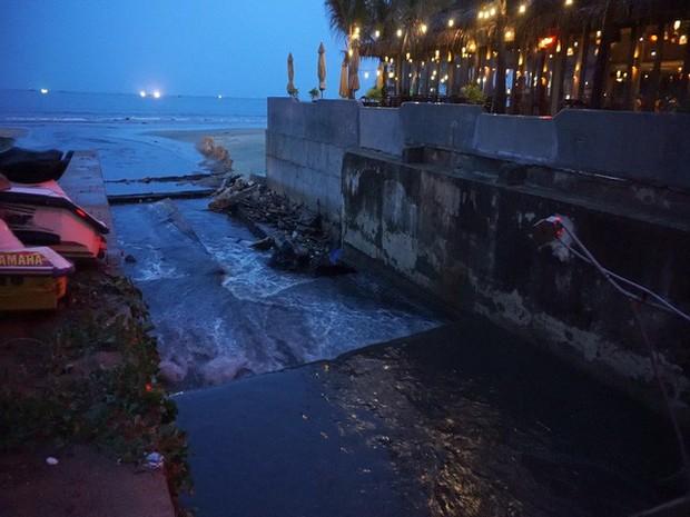 Hàng loạt bãi biển nổi tiếng tại Việt Nam kêu cứu vì dòng nước thải bẩn xả thẳng từ các hệ thống cống thoát nước - Ảnh 3.
