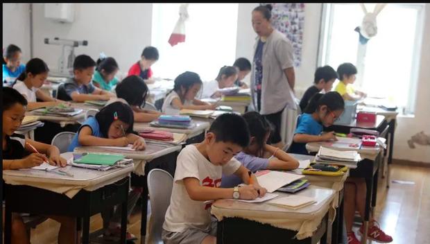 Thầy giáo Tiếng Anh ở Thanh Hoá bị tố nhiều tháng lên lớp không giảng bài, chỉ ngồi bấm điện thoại - Ảnh 1.