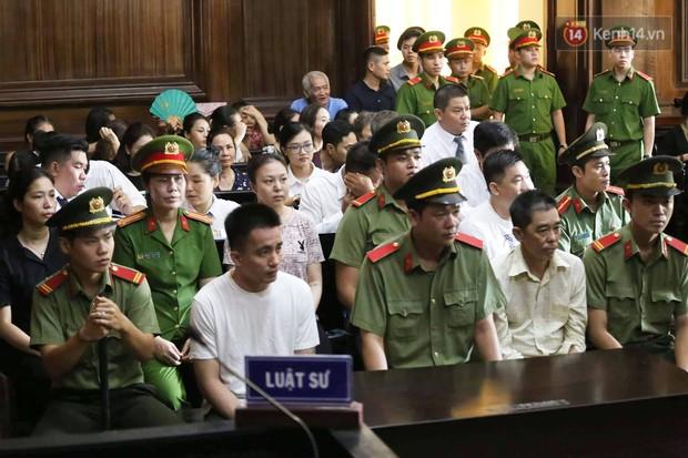 Ông trùm Văn Kính Dương vẫn cười dù bị đề nghị tử hình, hotgirl Ngọc Miu bật khóc khi VKS đưa mức án 20 năm tù - Ảnh 7.