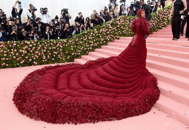 Các người đẹp chật vật vì trang phục Met Gala: Kim mặc corset bó chịt như gãy xương sườn, Cardi B và Katy Perry lên đồ vất vả như gập gym - Ảnh 6.