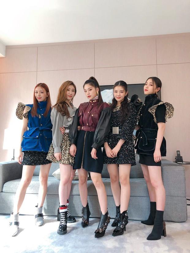 Gà khủng ITZY nhà JYP lần đầu dự sự kiện quốc tế: Em út nữ thần và center xinh thì xinh, nhưng mặc gì thế này? - Ảnh 7.