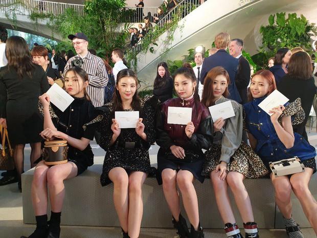Gà khủng ITZY nhà JYP lần đầu dự sự kiện quốc tế: Em út nữ thần và center xinh thì xinh, nhưng mặc gì thế này? - Ảnh 6.