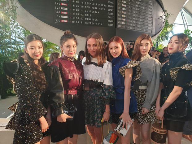 Gà khủng ITZY nhà JYP lần đầu dự sự kiện quốc tế: Em út nữ thần và center xinh thì xinh, nhưng mặc gì thế này? - Ảnh 5.