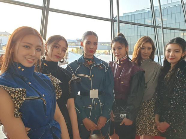 Gà khủng ITZY nhà JYP lần đầu dự sự kiện quốc tế: Em út nữ thần và center xinh thì xinh, nhưng mặc gì thế này? - Ảnh 3.