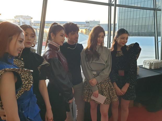Gà khủng ITZY nhà JYP lần đầu dự sự kiện quốc tế: Em út nữ thần và center xinh thì xinh, nhưng mặc gì thế này? - Ảnh 2.