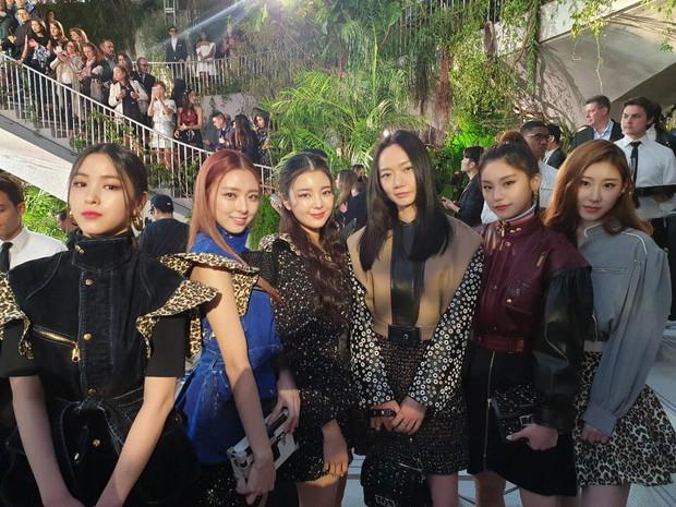Gà khủng ITZY nhà JYP lần đầu dự sự kiện quốc tế: Em út nữ thần và center xinh thì xinh, nhưng mặc gì thế này? - Ảnh 4.