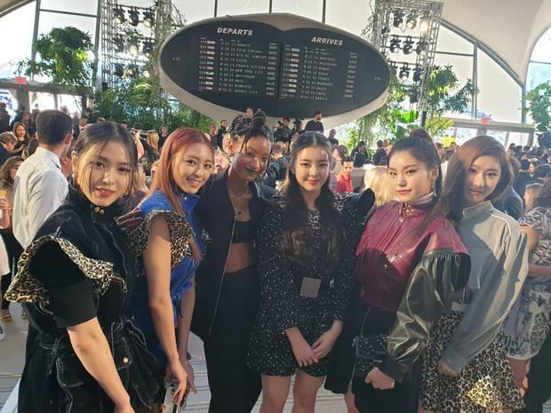 Gà khủng ITZY nhà JYP lần đầu dự sự kiện quốc tế: Em út nữ thần và center xinh thì xinh, nhưng mặc gì thế này? - Ảnh 1.