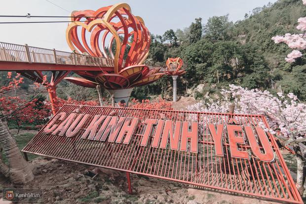 Tranh cãi xoay quanh yếu tố thẩm mỹ của cây cầu 5D đang gây sốt ở Mộc Châu: Khen đẹp thì ít nhưng chê bai sến súa, lạc lõng nhiều vô kể - Ảnh 2.