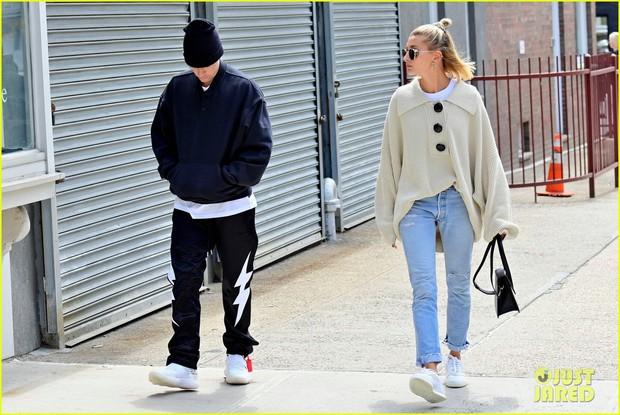 Khoảng cách đáng ngờ giữa Justin Bieber và Hailey Baldwin làm người hâm mộ cảm thấy vô cùng lo lắng - Ảnh 1.