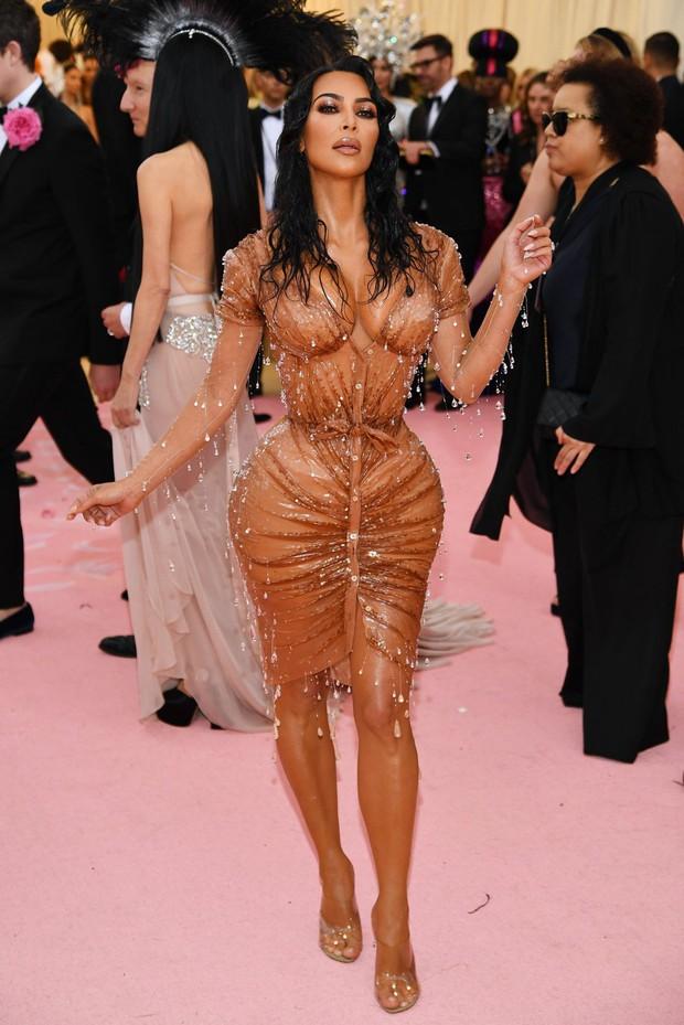 Các người đẹp chật vật vì trang phục Met Gala: Kim mặc corset bó chịt như gãy xương sườn, Cardi B và Katy Perry lên đồ vất vả như gập gym - Ảnh 5.